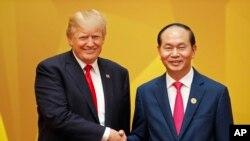 美国总统川普2017年11月11日出席APEC峰会 ,与越南国家主席陈大光握手