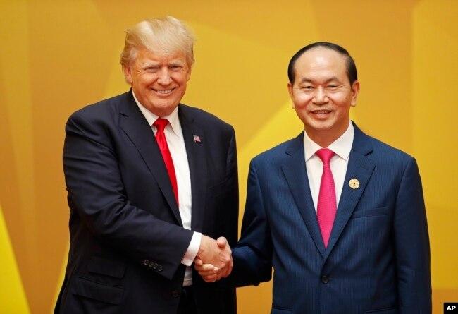 Tổng Thống Mỹ, Donald Trump và Chủ Tịch Nước Việt Nam, Trần Đại Quang, tại hội nghị APEC, Đà Nẵng.