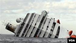 Kapal pesiar mewah 'Costa Concordia' yang terguling di dekat Pulau Tuscan, lepas Pantai Itala Jumat malam (13/1).