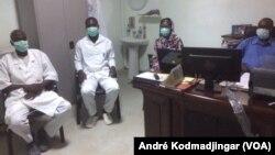 Les techniciens de santé au laboratoire d'analyse JPG au Tchad, le 6 mai 2020. (VOA/André Kodmadjingar)