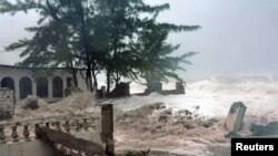 Fuertes olas provocadas por el huracán Sandy en el barrio Terraza Caribe en el este de Kingston, Jamaica.