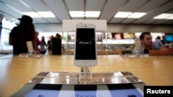 Un iPhone 5 en una tienda de Apple en Pasadena, California.