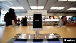 iPhone seri 5 dipajang di toko Apple di Pasadena, California. (Foto: Dok)