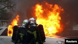 အဝါေရာင္ ေရာင္ျပန္အက်ႌဝတ္ဆႏၵျပပြဲအတြင္း မီးေလာင္သြားတဲ့ကားတစီးကို ၿငိမ္းသတ္ဖို႔ ႀကိဳးစားေနတဲ့ မီးသတ္ရဲေဘာမ်ား။ (ဇန္နဝါရီ ၁၂၊ ၂၀၁၉)