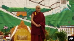 His Holiness the Dalai Lama addresses Tibetans in Minnesota.