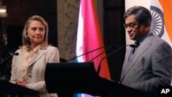 Ngoại trưởng Mỹ Hillary Clinton trong cuộc họp báo chung với Ngoại trưởng Ấn Ðộ S.M Krishna tại New Delhi, ngày 8/5/2012
