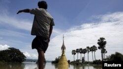 Một ngôi chùa nhìn thấy trong làng Kalay ở thị trấn Kalay Sagaing bị ngập lụt tại Myanmar, ngày 2/8/2015.
