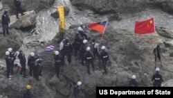 Para aktivis yang mengibarkan bendera Tiongkok dan Taiwan ditangkap polisi Jepang setibanya di kepulauan yang dikenal sebagai Senkaku di Jepang dan Diaoyu di Tiongkok di wilayah Laut Cina Timur (foto: dok).