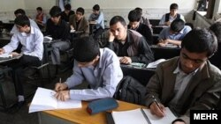 انتقادات رهبر جمهوری اسلامی به ترویج آموزش زبان انگلیسی واکنش رئیس جمهوری ایران را در پی داشت.