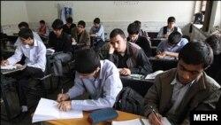 Para siswa asal Iran ketika berada di sebuah kelas. (Foto: Courtesy/MEHR)