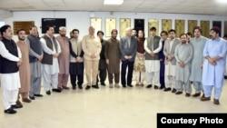 پشتون تحفط موومنٹ کے رہنماؤں کی سینیٹ کمیٹی کے ارکان کے ساتھ گروپ فوٹو۔ سینیٹ کمیٹی نے پی ٹی ایم سے ان کے مطالبات پر بات کی تھی۔ اپریل 2019