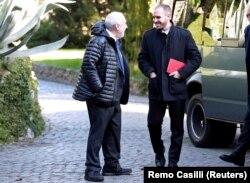 Ekonom pemenang Hadiah Nobel Joseph Stiglitz (kiri) dan Menteri Ekonomi Argentina Martin Guzman di Vatikan, 5 Februari 2020. (Foto: REUTERS/Remo Casilli)