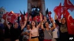 2016年7月16日支持政府的人群在伊斯坦布尔市中心的塔克西姆广场集会。