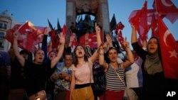 Warga Turki memberikan dukungan terhadap pemerintahan Erdogan pada aksi unjuk rasa di Lapangan Taksim, Istanbul, Sabtu (16/7).