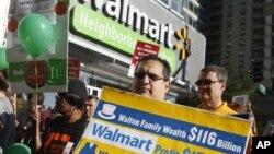 Empleados de Walmart protestan por bajos salarios y abusos laborales.