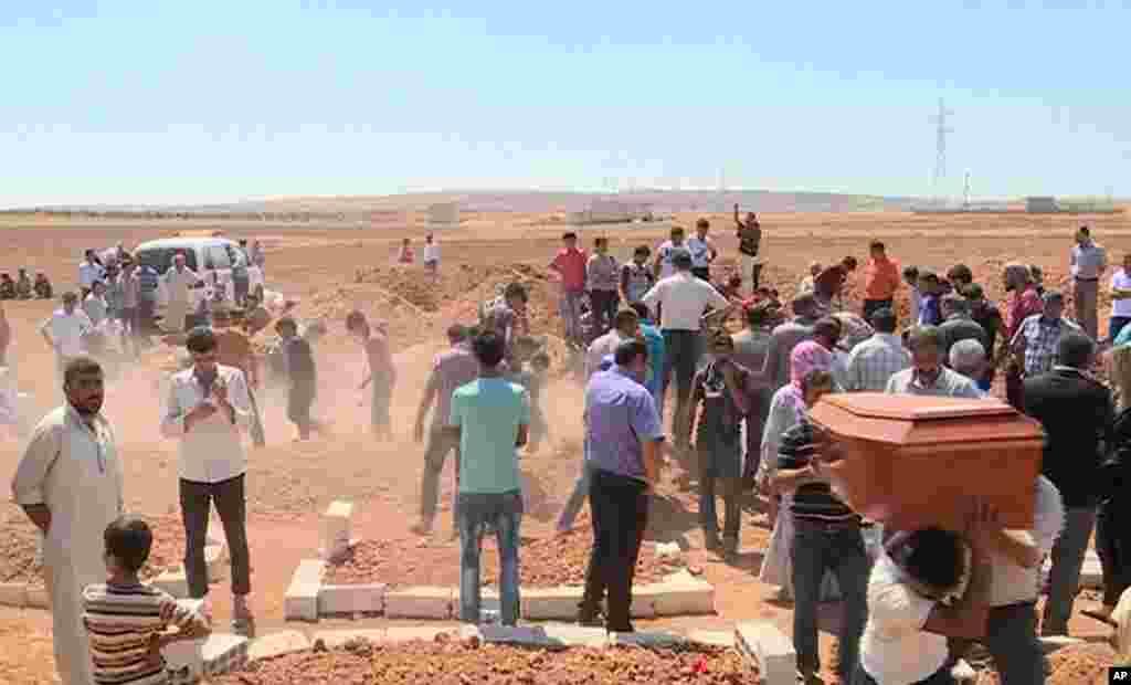 Ožalošćemo članovi porodice nose kovčege sa sinovima Rehane Kurdi. Trogodišnji Alan i petogodišnji Galip su se udavili prilikom očajničkog puta brodom iz Turske do Grčke. Potresna smrt dvojice mališana privukla je pažnju širom sveta. Porodica Kurdi je bežala iz Kobanija, mesta pod kurdskom kontrolom u Siriji.