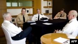 美国防部长盖茨(左一)与美太平洋司令部总指挥威拉德上将(右一)等7月20日在首尔
