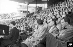 1954 წელი, ფინეთი, სტადიონზე შეკრებილი 30 000 ადამიანი გრემის გამოსვლას ელოდება