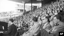 Mhubiri wa Marekani Billy Grahama (Kushoto) akihubiri katika viwanja vya Helsingfors huko Finland Juni 1954.