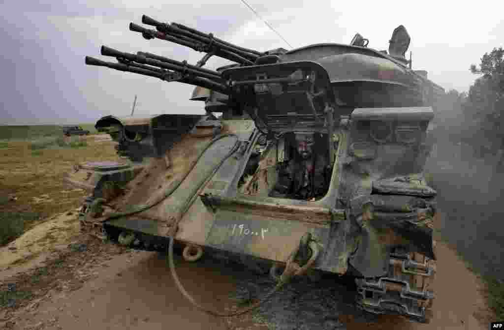 Xe tăng của chính phủ Syria đóng chốt trước ngôi làng Dumayna, cách thành phố Qusayr nằm trong tay quân nổi dậy khoảng 7 km.