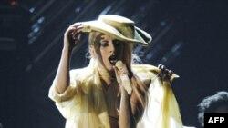 Lady Gaga trình diễn bài Born This Way tại lễ trao giải Grammy lần thứ 53