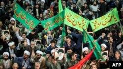 Warga meneriakkan slogan saat melakukan aksi unjuk rasa untuk memberikan dukungan kepada Pemerintah, di dekat Masjid Besar Imam Khomeini di Teheran, Iran (30/12).