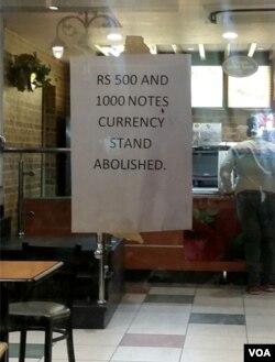 很多商家都在门口贴出告示,表示不再接收500和1000卢比的纸币。(美国之音朱诺拍摄,2016年11月9日)