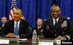 2014 yılına ait bu fotoğrafta o dönemde CENTCOM Komutanı olan General Lloyd Austin, dönemin başkanı Barack Obama ile birlikte CENTCOM komuta merkezinin bulunduğu Florida eyaletinin Tampa kentindeki MacDill Hava Kuvvetleri Üssü'nde görüntülenmiş.