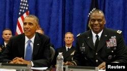 时任美军中央司令部司令的奥斯汀将军与时任总统奥巴马出席一场活动(路透社2014年9月17日)