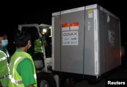 Vaksin AstraZeneca pengiriman pertama melalui fasilitas Covax tiba di bandara Soekarno-Hatta 8 Maret 2021 lalu (foto: dok).