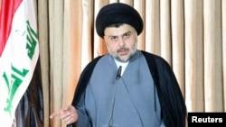 مقتدی صدر، روحانی تندروی شیعه عراقی در حال سخنرانی در نجف - ۵ تیر ۱۳۹۳
