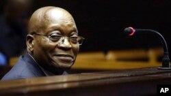L'ancien président Jacob Zuma est assis devant la Haute Cour de Pietermaritzburg, en Afrique du Sud, le 27 juillet 2018.