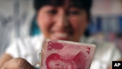 A bookstore vendor counts Chinese renminbi notes in Chengdu in southwest China's Sichuan province, (File)