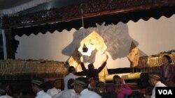 Dalang Ki Purbo Asmoro membawakan lakon Tripama Kawedhar.