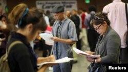 Para pencari kerja mengisi formulir aplikasi pada acara bursa kerja di Los Angeles, California (foto: ilustrasi).