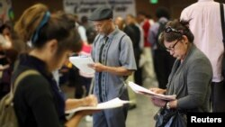 Para pencari kerja AS menghadiri bursa kerja di Los Angeles, California (foto: dok).