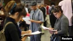 Para pencari kerja AS mengisi formulir aplikasi pada Bursa Lowongan Kerja di Los Angeles, California (foto: dok).