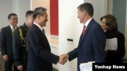김관진 청와대 국가안보실장(왼쪽)이 지난 1월 미국을 방문하고 마이클 플린 당시 백악관 국가안보보좌관 내정자 등과 만났다.
