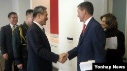 미국을 방문 중인 김관진 청와대 국가안보실장(왼쪽)과 마이클 플린 미국 차기 행정부 백악관 국가안보보자관 내정자가 9일 회동했다.