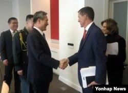 지난 9일 미국을 방문한 김관진 청와대 국가안보실장(왼쪽)이 마이클 플린 미국 차기 행정부 백악관 국가안보보자관 내정자와 회동했다.