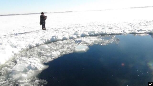 Meteor yang jatuh di danau Chebarkul, dekat wilayah Chelyabinsk, sekitar 1500 kilometer dari Moskow, Rusia ini membentuk lingkaran besar di danau yang membeku (15/2).