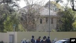 Polícia sul-africana guarda a casa onde a Primaira Dama dos Estados Unidos, Michelle Obama, se encontrou com Nelson Mandela