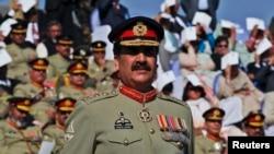 د حکومت او مخالفینو ترمنځ روان کړکیچ په پاکستان کې د ممکنه پوځي مداخلې په اړه د خلکو ترمنځ ویره را پیدا کړې.