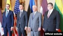 Зліва: Свен Міксер, Едгарс Рінкевичс, Рекс Тіллерсон і Лінас Антанас Лінкявічюс