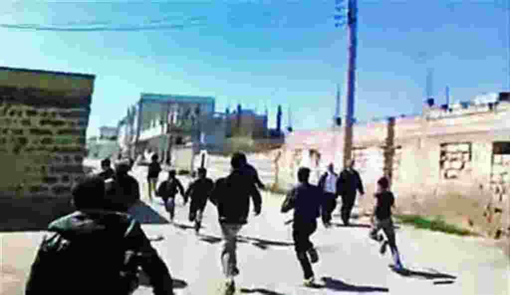 Un video casero muestra a miembros de la oposición corriendo en una de las calles de Daraa, ciudad siria.