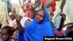 Cette femme du nord du Nigeria explique avoir fui les exactions de Boko Haram dans sa ville au Nord du Nigeria, le 2 avril 2016. (VOA/Bagassi Koura)