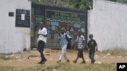 Anak-anak Liberia melewati pusat perawatan ebola di Monrovia, Liberia (foto: ilustrasi).