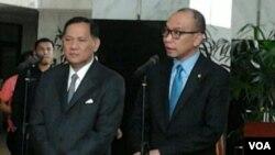 Gubernur Bank Indonesia Agus Martowardojo (kiri) dan Menteri Keuangan Chatib Basri dalam jumpa pers di Jakarta (6/10). (VOA/Iris Gera)