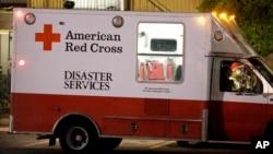 Xe của tổ chức Chữ Thập đỏ chở tiếp liệu đến cho những người cư ngụ trong nhà nơi ông Duncan, bệnh nhân nhiễm Ebola từng tiếp xúc. Các viên chức thành phố yêu cầu những người có tiếp xúc với bệnh nhân không rời nhà, 2/10/14