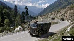 印度军队一辆卡车2020年9月3日在印中实际控制线附近行驶(路透社)
